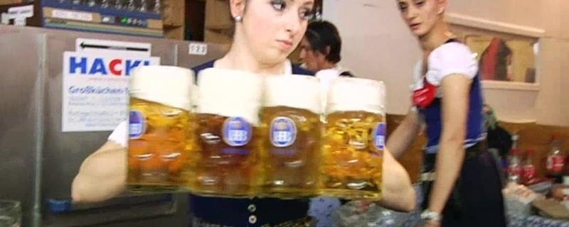 Wiesn-Bedienung mit einigen Maß Bier