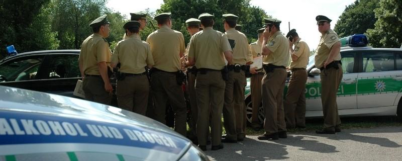Mehrere Polizeibeamte im Einsatz, © Symbolfoto