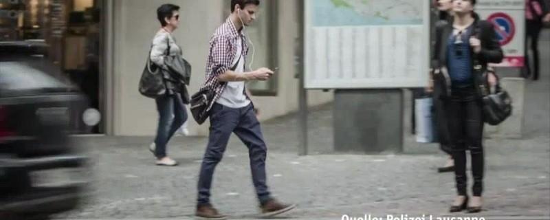 Smartphonenutzer schauen nicht auf den Verkehr