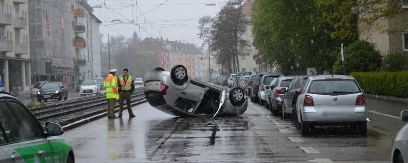 Auto liegt überschlagen auf der Straße, © Foto: Polizeipräsidium München
