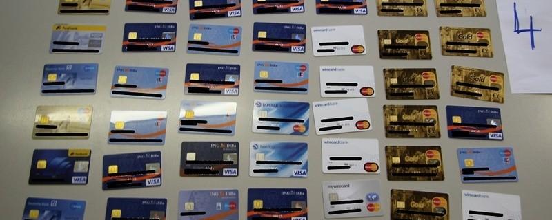© Einige der in der Wohnung sichergestellten Zahlungskarten. Foto: Kriminalpolizei