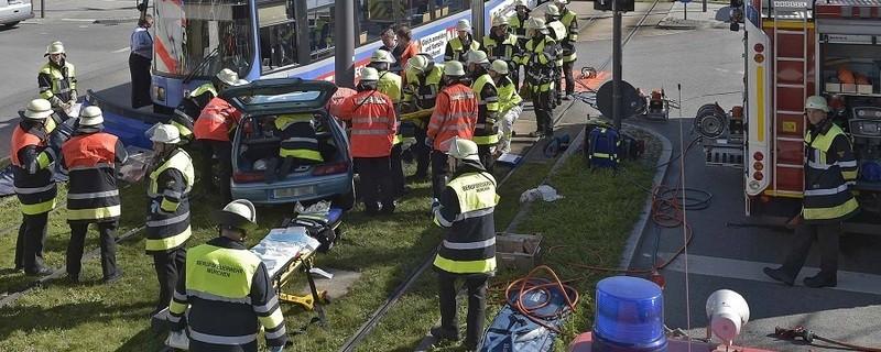 Unfall zwischen Auto und Tram in München, © Foto: Berufsfeuerwehr München