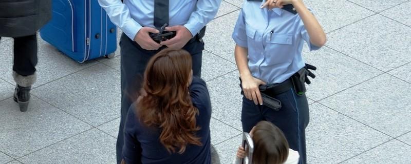 Zwei Bundespolizeibeamte am Flughafen , © Symbolbild Bundespolizei Flughafen