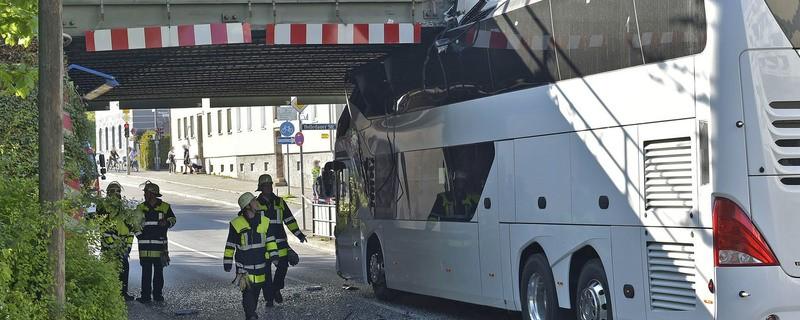Feuerleute betrachten in Unterführung den verunfallten Bus, © Foto der Berufsfeuerwehr München
