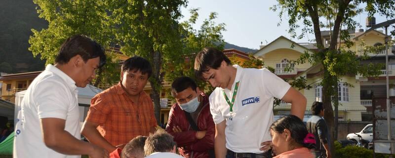 Helfer in Nepal bei der Arbeit, © Auch in Nepal helfen die bayerischen Ehrenamtlichen: Foto: Medizinisches Katastrophen-Hilfswerk