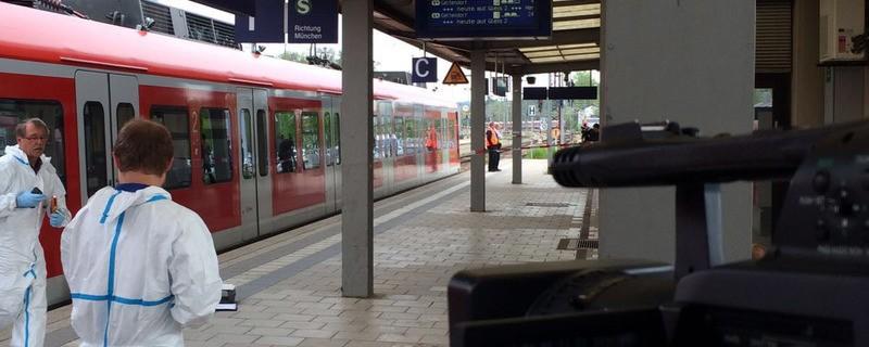Eine Kamera filmt die Ermittlungsarbeiten in Grafing