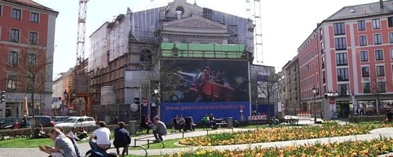 Das Gärtnerplatz-Theater umgeben von Baukränen