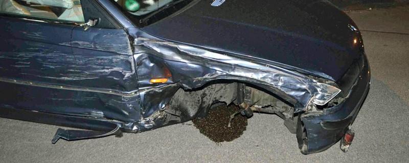 Der demolierte Wagen ohne Reifen, © Foto: Polizei