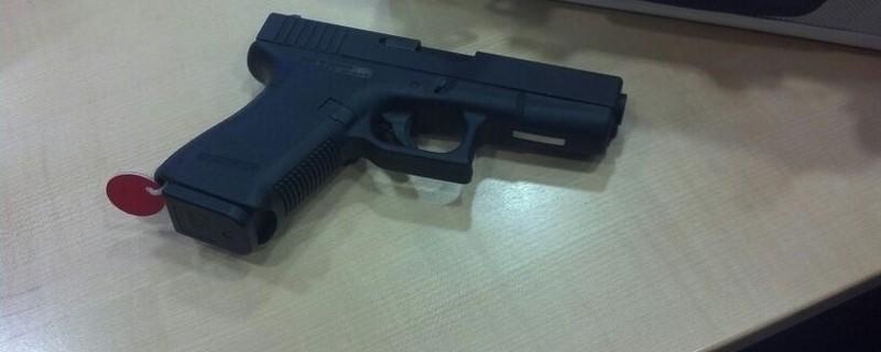 Ein schwarze Pistole liegt auf einem Tisch, © Symbolfoto Waffe