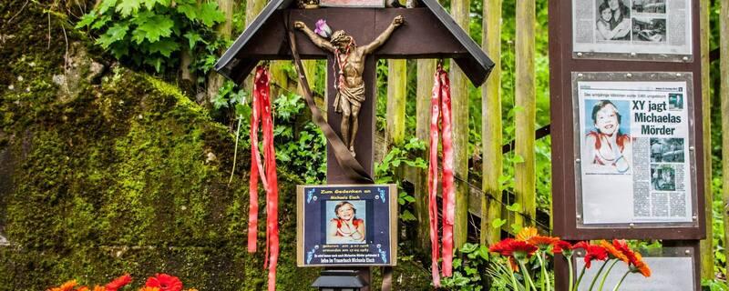 Mahnmal für Michaela Eisch, © Über 30 Jahre nach der Tat erinnert ein Mahnmal an die ermordete 8-Jährige.