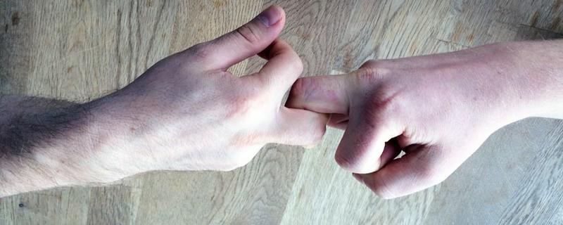 Zwei Männer beim Fingerhakeln auf der Wiesn