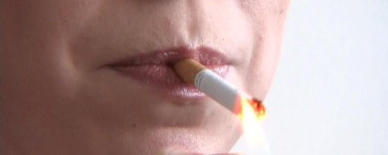 Eine Raucherin mit Zigarette im Mund