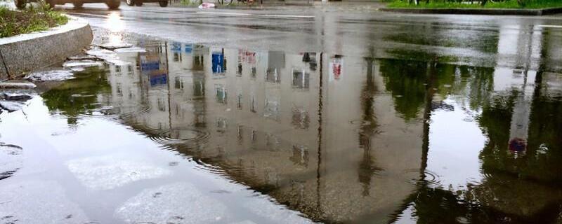 Pfütze in München, © Kein Hochwasser aber kleinere Überschwemmungen