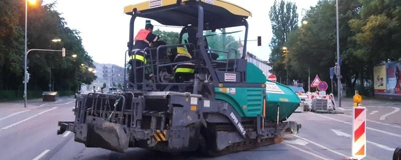 Teermaschine auf Auerfelderstraße blockiert Fahrstreifen - Polizei muss helfen, © Gestohlene Baumaschine auf Auerfelderstraße