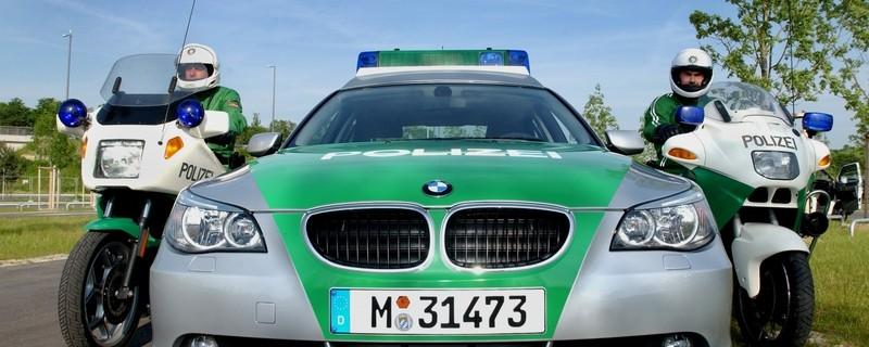 Polizeiauto und zwei Polizeimotorräder