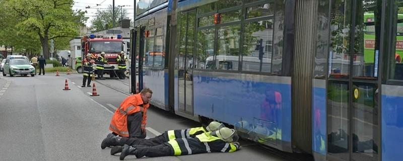 Feuerwehr lenkt entgleiste Tram zurück in die Schienen, © Foto: Berufsfeuerwehr München