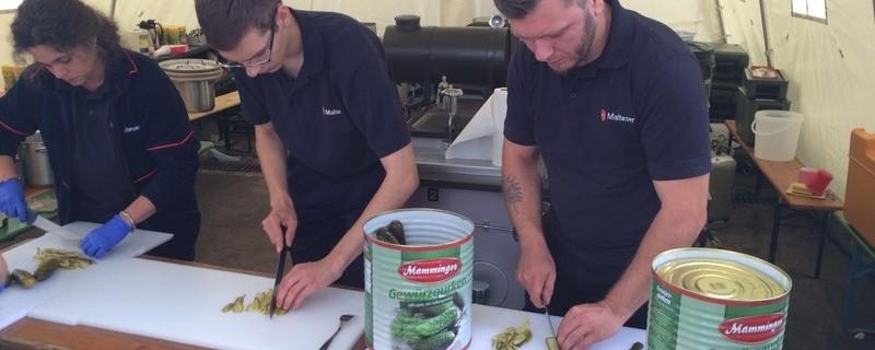 Gurken schnippeln im Akkord für tausende Wurstsemmeln – Malteser arbeiten im Team, © ©Malteser Hilfsdienst e.V