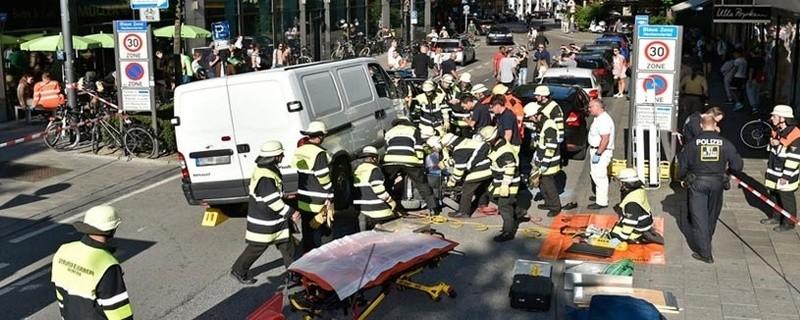 Unfall, Rollstuhlfahrerin unter Transporter eingeklemmt, © Foto: Berufsfeuerwehr München