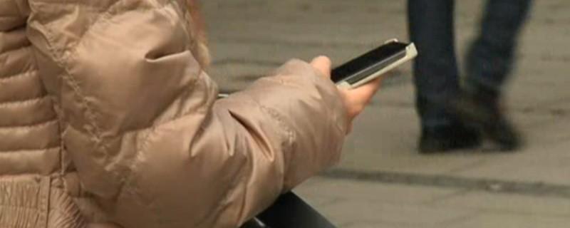 Eine Person hält ein Smartphone in der Hand, © 31-Jähriger stürzt durch sein Smartphone abgelenkt ins Bahngleis