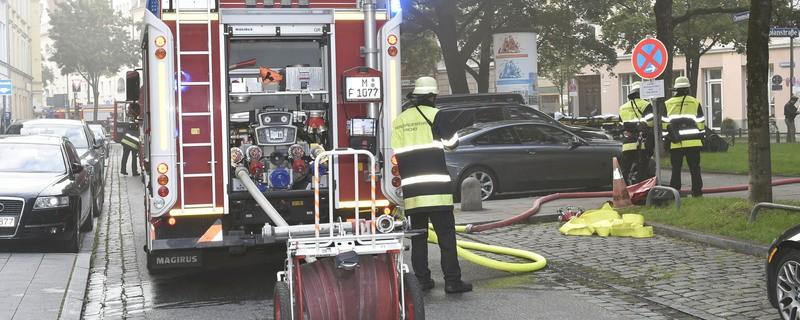 Feuerwehrmänner mit einem Feuerwehrauto in der Clemesstraße löschen mit Wasserschlauch, © Feuerwehreinsatz Clemensstraße