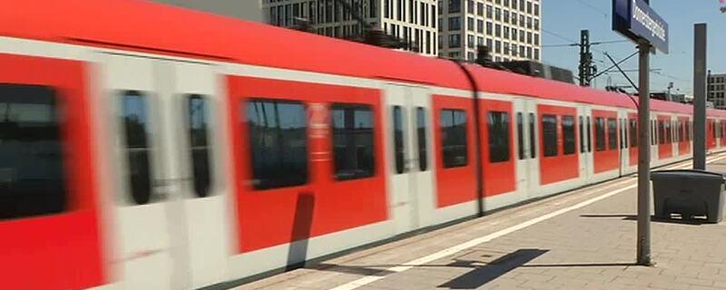 einfahrende S-Bahn, © Symbolfoto