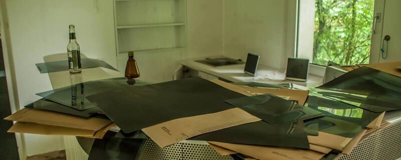 © Haufenweise Röntgenbilder liegen offen in dem verlassenen Gebäude herum - Foto: privat