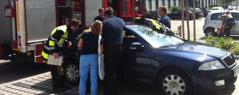 Auto-Scheibe wird eingeschlagen und Kind befreit, © Symbolfoto