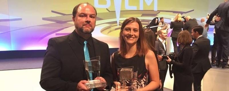 © Die münchen.tv-Mitarbeiter Lena Starkl und Markus Haiß wurden ausgezeichnet.