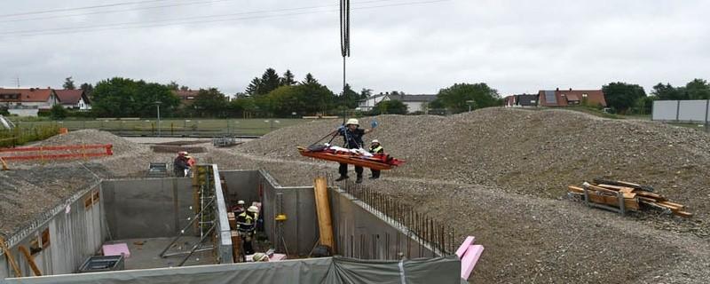 Der gestürzte Bauarbeiter wird mit Hilfe eines Kranes gerettet., © Foto: Branddirektion