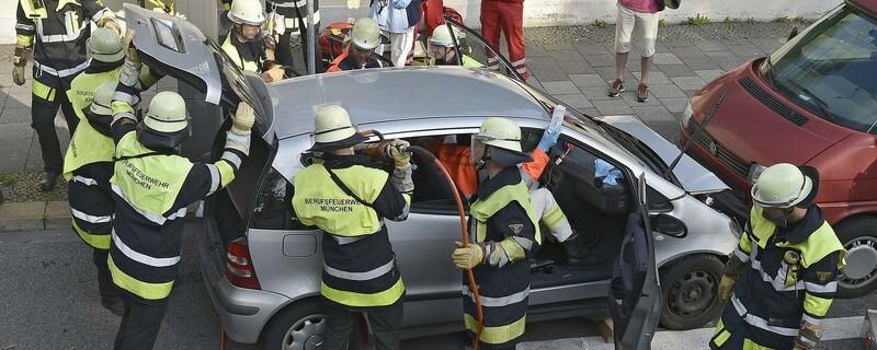 Feuerwehr befreit Frau aus PKW, © Einsatzfoto der Feuerwehr München