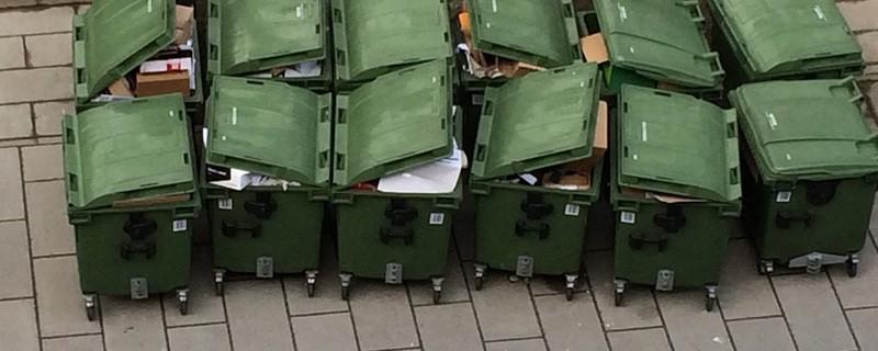 Papier-Mülltonnen, © Dieb versteckt sich in Mülltonne