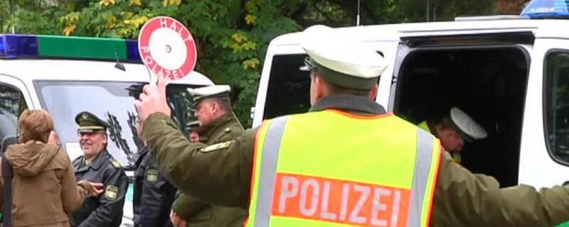 Polizist mit Kelle winkt Autofahrer aus dem Verkehr, © Raser sollen zum Nachdenken gebracht werden.