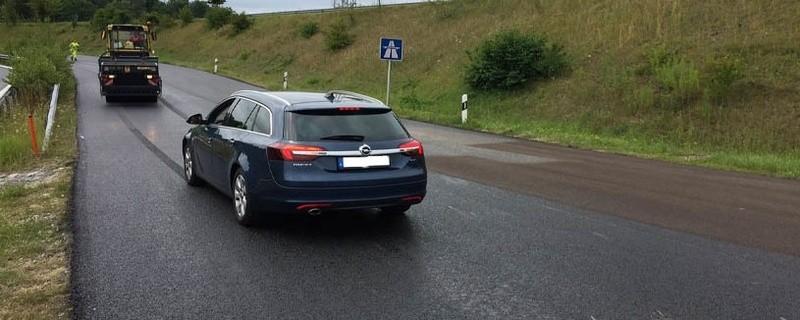Auto fährt in frischen Asphalt., © Foto: Polizei