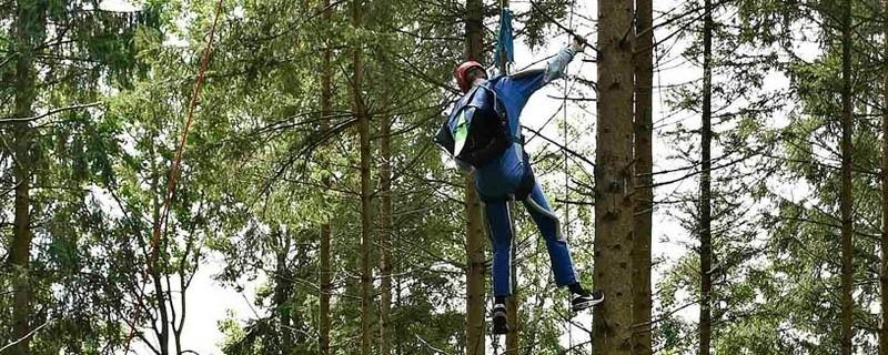 Rettung eines Fallschirmspringers aus einer Baumkrone, © Foto: Berufsfeuerwehr München