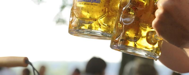 Brotzeit in einem Münchner Biergarten., © BIER.MACHT.MÜNCHEN: Ausstllung rund ums Bier