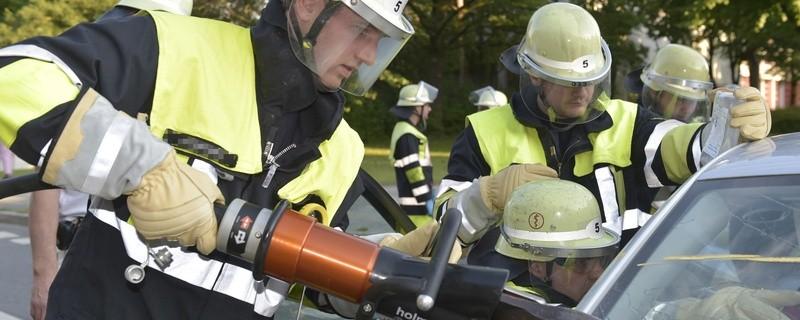 Die Feuerwehr musste einen Mann aus seinem Wagen schneiden, © Symbolbild / Foto: Branddirektion München