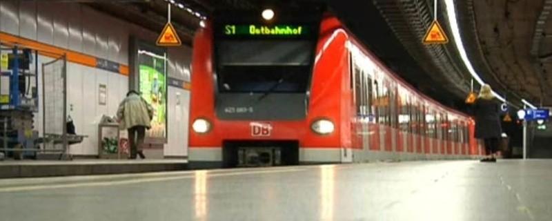 S-Bahn in einer Tunnelstation