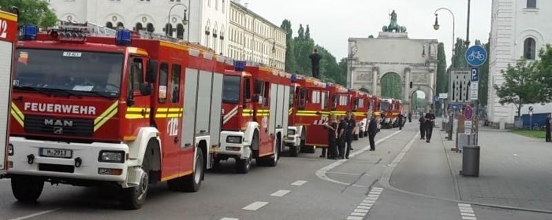 Feuerwehrfahrzeuge in einer Reihe hintereinander vor dem Siegestor in München , © Feuerwehr bedankt sich bei Münchner Bevölkerung