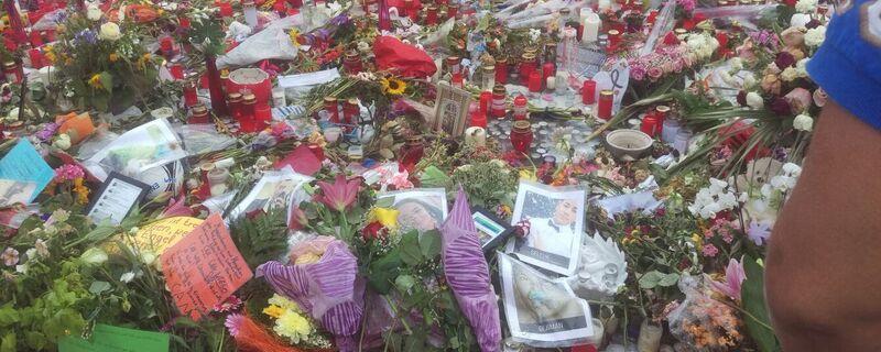 Trauer nach Amoklauf: Blumen- und Kerzenmeer vor dem OEZ