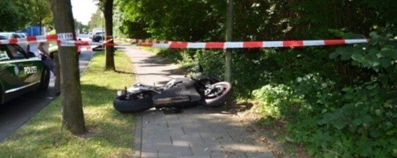 Motorrad liegt hinter Absperrung auf dem Boden, © Foto: Polizeipräsidium München