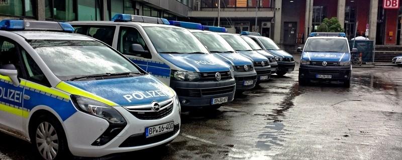 Polizeiautos vor dem Bahnhof, © Foto: Bundespolizei