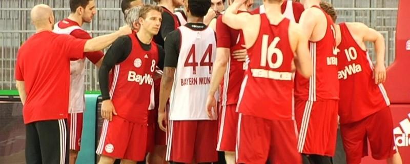 Spieler des FC Bayern Basketball versammeln sich beim Training, © Coach Sasa Djordjevic will Titel gewinnen