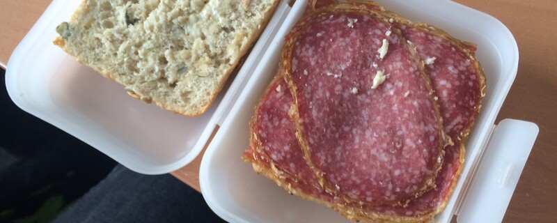 Salami-Semmel in der Brotzeitdose, © Vielleicht müssen die Zuschauer ihre Brotzeit künftig selbst zum NSU-Prozess mitnehmen...