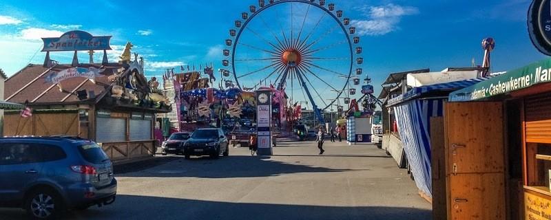 Gelände Oktoberfest 2016 mit Riesenrad im Hintergrund
