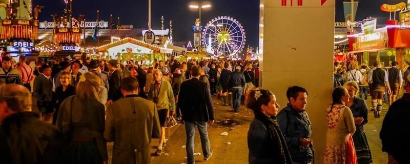 Oktoberfest: Besucher am Flirten auf der Wiesn