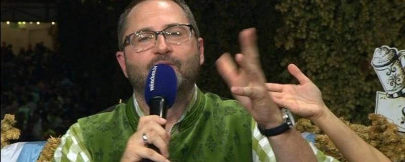 münchen.tv-Moderator Alex Onken mit Mikrofon auf der Wiesn, © münchen.tv-Moderator Alex Onken Foto: Redaktion