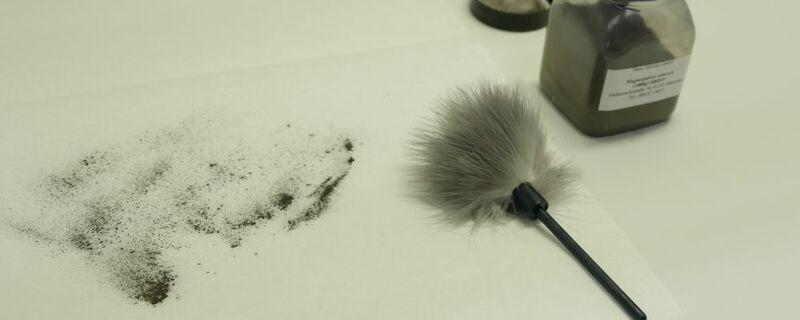 Pinsel und magnetpulver im labor um fingerabdrücke zu erkennen, © Symbolbild
