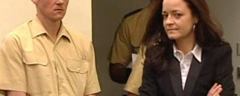 Beate Zschäpe steht im Verhandlungssaal des NSU-Prozesses, © Beate Zschäpe im Oberlandesgericht