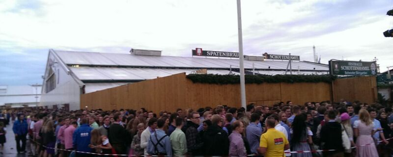 Hunderte Wiesn-Gäste warten vor dem Schottenhamel-Festzelt auf den Einlass und Oktoberfest-Beginn
