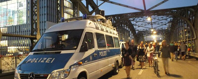 Ein Bundespolizeiauto an der Hackerbrücke zur Wiesnzeit, © Foto: Bundespolizei München